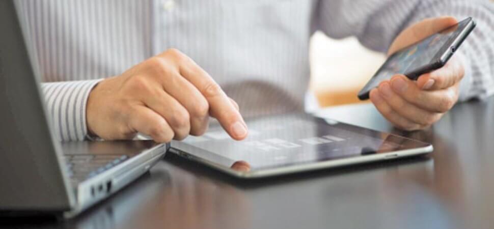 Pessoa-com-celular-tablet-e-computador2-970x450